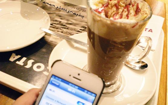 Milchkaffee und Smartphone mit freiem WLAN
