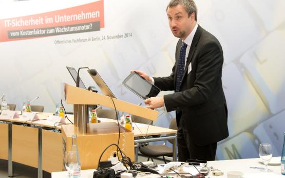 Sebastian Schreiber beim Live Hacking