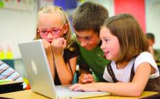 Begeisterte Kinder am Laptop